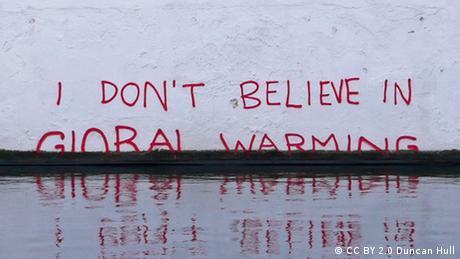I don't believe in Global Warming Schriftzug Wand Mauer Symbolbild Anstieg Meeresspiegel
