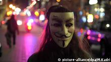 Canada, Montréal : protesters wearing Guy Fawkes masks hold placards as they congregate in Victoria square ahead of the Million Masks March, organised by the group Anonymous, in Montréal downtown on November 5, 2015. The protest was held on the night , and many of the marchers wore the white masks of Anonymous. photos : KADRI MOHAMED/ imagespic.com (Photo by Mohamed Kadri/NurPhoto) Keine Weitergabe an Drittverwerter. picture-alliance/dpa/A.Widak