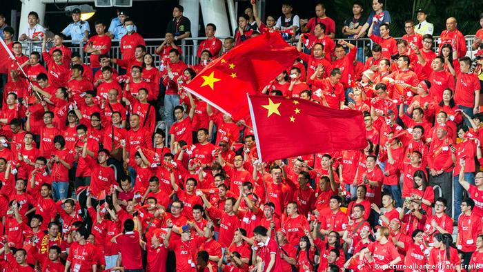 Hong Kong vs China Fußballspiel Fans (picture-alliance/dpa/V. Fraile)