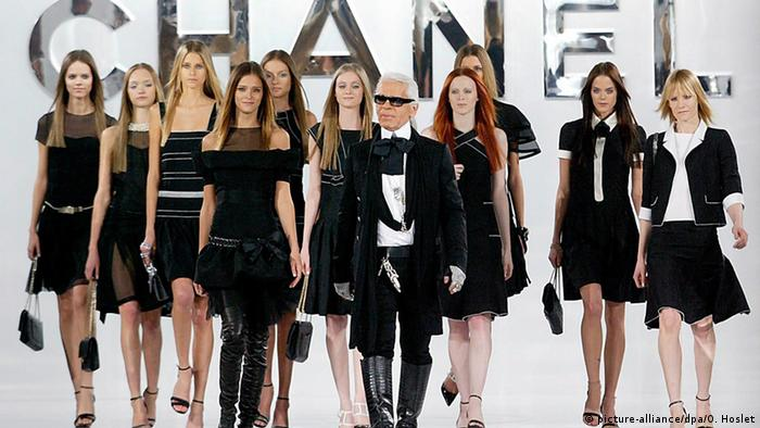 Karl Lagerfeld and models (picture-alliance/dpa/O. Hoslet)