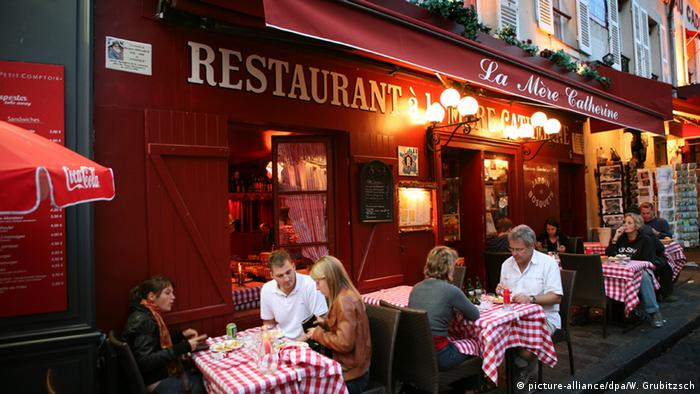 Frankreich Paris Gäste in einem Bistro (picture-alliance/dpa/W. Grubitzsch)