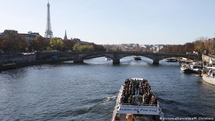 France Paris boat with tourists on the river Seine (picture-alliance/dpa/M. Christians)