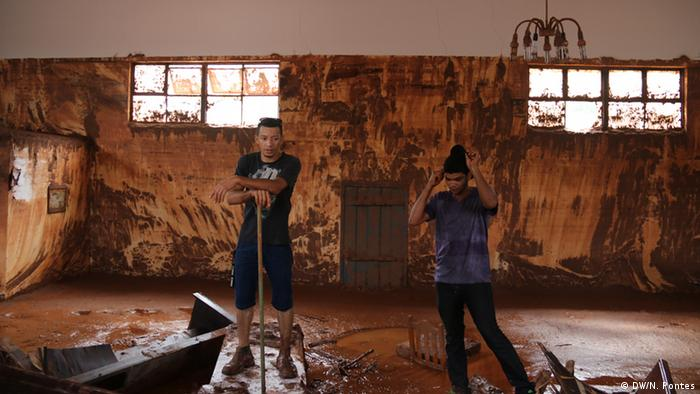 Young men in church attempt to clean up mining sludge (Photo: Nadia Pontes)