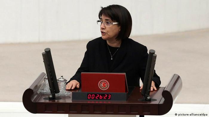 Kurdische Abgeordnete Leyla Zana bei Vereidigung im türkischen Parlament