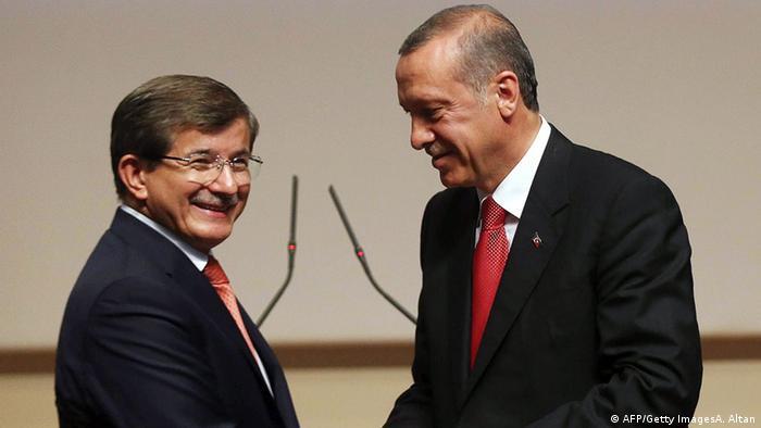 Когато двамата бяха още приятели и съратници: през 2014 г. Давутоглу поема от Ердоган председателския пост в ПСР