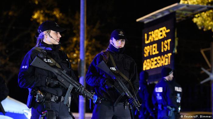 Polizistin vor Infotafel mit Länderspielabsage (Foto: Reuters/F. Bimmer)