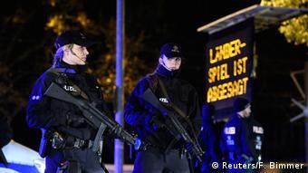 Polizisten stehen unter dem Schild: Landerspiel ist abgesagt @REUTERS/Fabian Bimmer