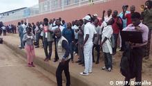 Menschen vor einem Gericht in Luanda, Angola