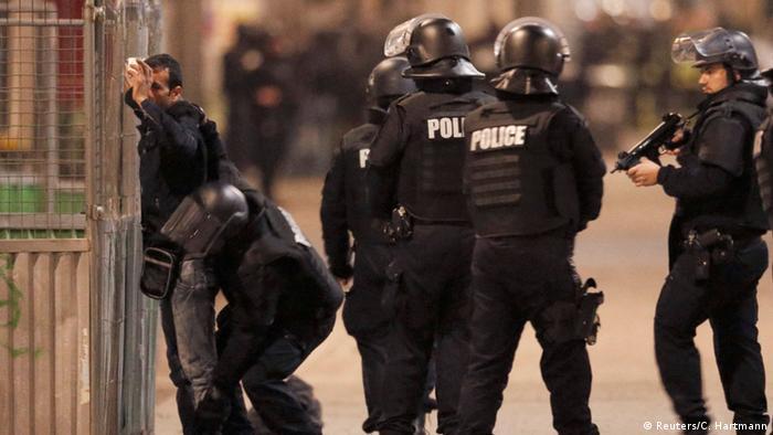 Medien: Gesuchter Terrorist soll sich in Pariser Wohnung verschanzen