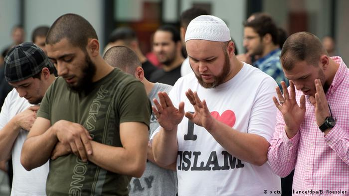 Salafists pray