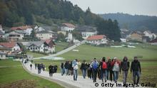 03.11.2015 ***** Bildunterschrift:MISTLBERG, AUSTRIA - OCTOBER 17: Migrants who had arrived via buses chartered by Austrian authorities walk towards the border to Germany on October 17, 2015 near Mistlberg, Austria. According to a German police spokesman approximately 6,000 migrants are arriving daily over the Austrian border just in the area of southeastern Bavaria near the city of Passau. Most arrive via the Balkan route and once in Austria are transported by Austrian authorities to locations near the border to Germany. Germany has reportedly registered over 800,000 migrants this year, 400,000 in September alone. The migrants include many refugees from countries including Syria, Afghanistan and Iraq. Germany is struggling to accommodate the many migrants, most of whom will apply for asylum. (Photo by Sean Gallup/Getty Images) Copyright: Getty Images/S. Gallup