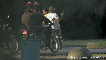 Hernández: los 'colectivos' violentos han recibido sus armas y sus emblemáticas motocicletas de los Ejecutivos de Chávez y Maduro.