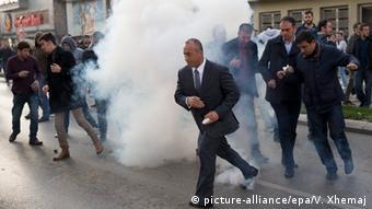 Kosovo Gewalt bei Oppositionsdemo in Prishtina (picture-alliance/epa/V. Xhemaj)