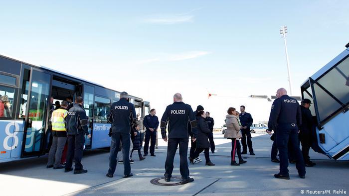 Deutschland Abschiebung der Flüchtlinge nach Kosovo und Albanien vom Flughafen München (Reuters/M. Rehle)