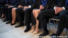 Studenten sitzen am 01.10.2014 bei der Abschlusszeremonie der HSBA Hamburg School of Business Administration in der Handelskammer in Hamburg.