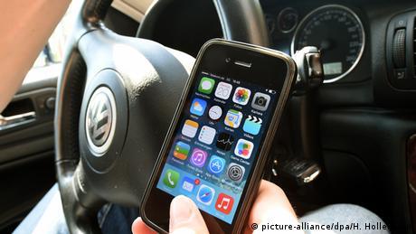 Увага на дорогу: по всій Німеччині зупиняють водіїв та пішоходів з телефонами