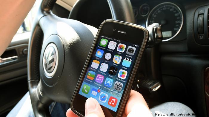 Uso del celular en el auto provoca accidentes (picture-alliance/dpa/H. Hollemann)