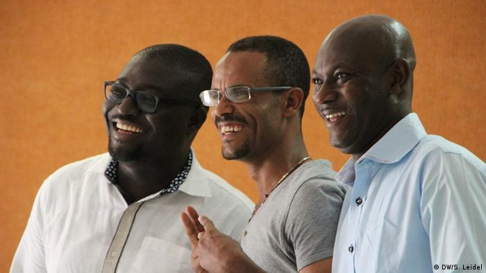 Roger Bah and Yusuf Amadou from Ghana with Tigabu Diagne from Ethiopia (photo: DW Akademie/Steffen Leidel).