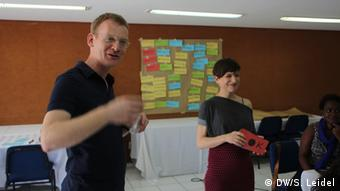 Matthias Spielkamp, partner at iRightsLab and board member of Reporters Without Borders, and Lorena Jaume-Palasi, coordinator with the Global Internet Governance Working Group, help out at the DW Akademie workshop (photo: DW Akademie/Steffen Leidel).