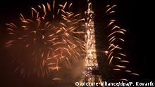 1.1.1999 *** The Eiffel Tower glows under the fireworks celebrating the new millennium and year 2000, 01 January 1999 in Paris. dpa Copyright: picture-alliance/dpa/P. Kovarik