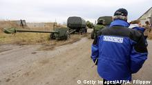 28.10.2015 *** Bildunterschrift:OSCE (Organization for Security and Co-operation in Europe) observers check a column of fifteen MT-12 Rapira 100-mm anti-tank guns being withdrawn by pro-Russian separatists from Donetsk to the village of Zelene, Donetsk region, on October 28, 2015. The fifteen antitank guns were withdrawn from Donetsk in accordance with the Minsk agreements. Ukraine's warring sides, the pro-Western government and the pro-Moscow rebels, signed their latest in a series of ceasefire agreements on September 1. AFP PHOTO/ ALEKSEY FILIPPOV (Photo credit should read ALEKSEY FILIPPOV/AFP/Getty Images) Copyright: Getty Images/AFP/A. Filippov