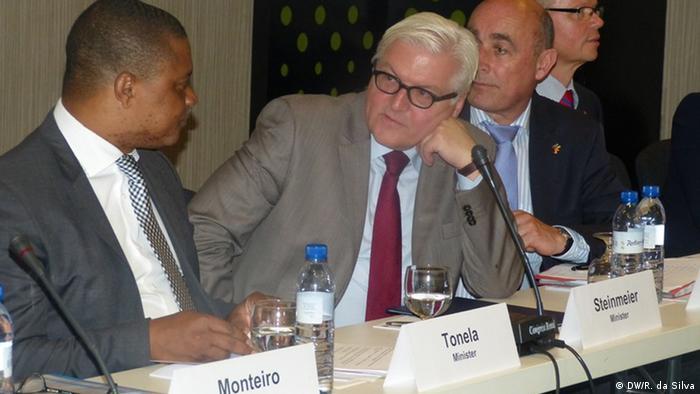 Chefe da diplomacia alemã, Frank-Walter Steinmeier, com o ministro moçambicano da Indústria e Comércio Max Tonela (esq.)