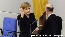 Bundeskanzlerin Angela Merkel (CDU) wird am 22.11.2005 im Deutschen Bundestag in Berlin durch Bundestagspräsident Norbert Lammert vereidigt. Foto: Guido Bergmann (dpa)