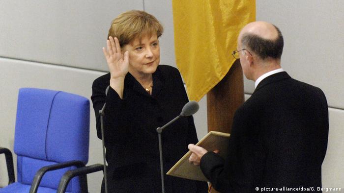 Deutschland Bundestag 2005 Vereidigung Bundeskanzlerin Angela Merkel (picture-alliance/dpa/G. Bergmann)