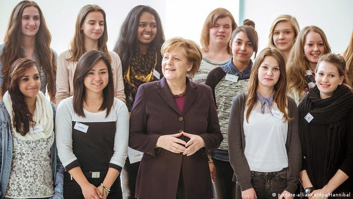 Bundeskanzlerin Angela Merkel mit Schülerinnen im Kanzleramt (Foto: picture alliance/dpa)