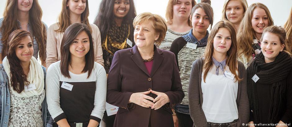 Merkel e estudantes na sede do governo