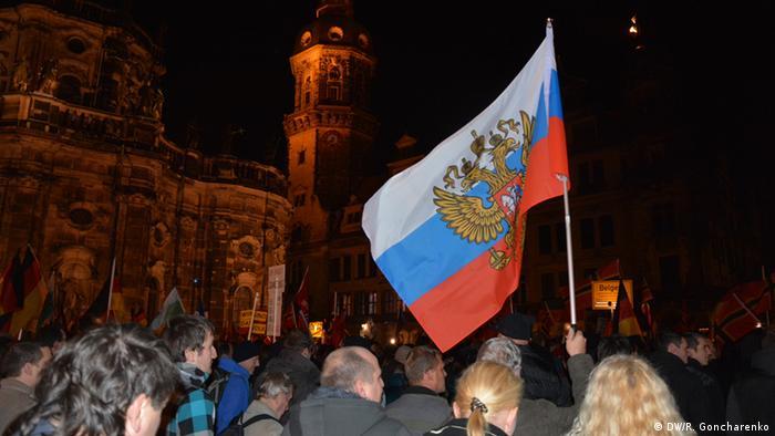 Руското знаме на демонстрация на Пегида