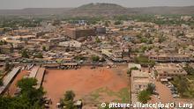 ARCHIV - Blick über Bamako in Mali, aufgenommen am 18.03.2013. Zwei bewaffnete Männer haben das Luxushotel Radisson in Malis Hauptstadt Bamako überfallen und halten dort 170 Menschen als Geiseln. Foto: Oliver Lang/dpa (zu dpa 170 Geiseln bei Überfall auf Luxushotel in Mali vom 20.11.2015) +++(c) dpa - Bildfunk+++Copyright: