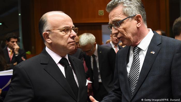 توماس دمزیر، وزیر کشور آلمان (راست) و همتای فرانسوی او برنار کازنوو در نشست بروکسل