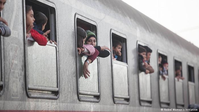 Flüchtlinge schauen aus einem Sonderzug heraus Foto: Nobel Women's Initiative