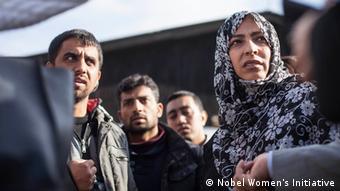 Sie gilt im Jemen als 'Mutter der Revolution': Tawakkol Karman im Gespräch mit Flüchtlingen auf dem Balkan Foto: Nobel Women's Initiative