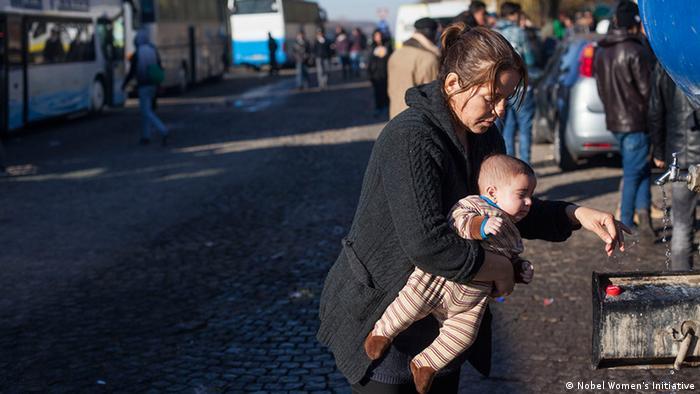 Eine Frau mit Kind im Arm im Flüchlingszentrum Foto: Nobel Women's Initiative