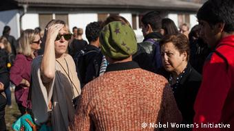 Jody Williams (links) und Shirin Ebadi sprechen mit Flüchtlingen an der kroatisch-serbischen Grenze Foto: Nobel Women's Initiative