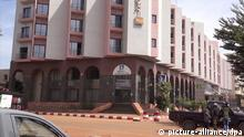 20.11.2015 epa05034538 A video grabbed image showing Malian policemen guarding in front of the Radisson Blu luxury Hotel, during a hostage taking situation in Bamako, Mali, 20 November 2015. According to news reports, gunmen stormed the Radisson Blu hotel in Mali's capital and took 170 people hostage. At least 87 of the 170 people taken hostage at the luxury hotel stormed by suspected Islamist militants have been freed in the Malian capital Bamako, a government official reported. Copyright: picture-alliance/dpa