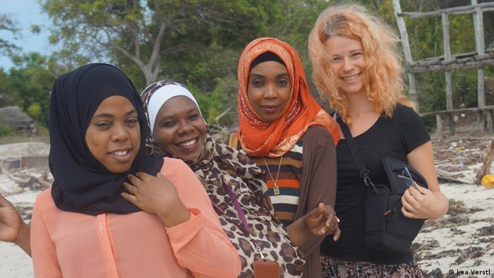 Lea Vestl mit Kolleginnen von Zanzibar Broadcasting Corportation