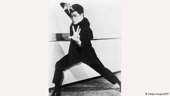 سبکی که بروس لی ابداع کرد جیت کان دو نام دارد که معنی آن چیزی معادل روش مهار مشت است. این سبک روشی آزاد برای دفاع از خود است. بروس لی معتقد بود که رزمیکار نباید خود را در قالب تنگ قواعد و تکنیکهای معین حبس کند.