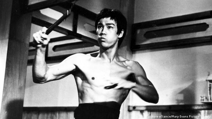 بروس لی همچنین از استادان مسلم سلاحهای سرد مبارزاتی مانند نانچیکو بود. (صحنهای از فیلم خشم اژدها).
