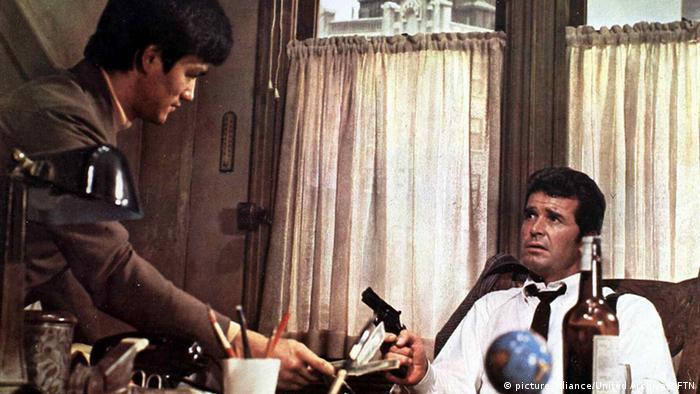بروس لی در فیلم مارلو که جیمز گارنر نقش اصلی آن را بازی میکرد، نقش کوچکی بر عهده داشت. جیمز گارنر نیز مانند استیو مککوئين، جیمز کابرن و لی ماروین از شاگردان بروس لی برای آموزش ورزشهای رزمی بود.