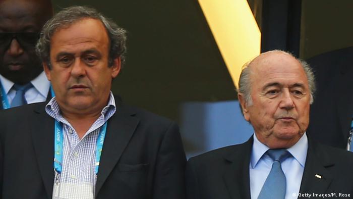 Michel Platini (izquierda) y Joseph Blatter en esta fofo tomada el 16.06.2014 en Brasil.