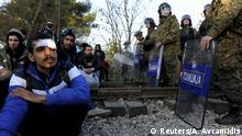 19.11.2015 *** Migrants sit on the Greek side of the border with Macedonia as Macedonian policemen stand guard near the Macedonian town of Gevgelija Migrants sit on the Greek side of the border with Macedonia as Macedonian policemen stand guard near the Macedonian town of Gevgelija, November 19, 2015. Balkan countries have begun filtering the flow of migrants to Europe, granting passage to those fleeing conflict in the Middle East and Afghanistan but turning back others from Africa and Asia, the United Nations and Reuters witnesses said on Thursday. Picture taken from the Greek side of the Greek-Macedonian border near the Greek village of Idomeni. REUTERS/Alexandros Avramidis Copyright: Reuters/A. Avramidis