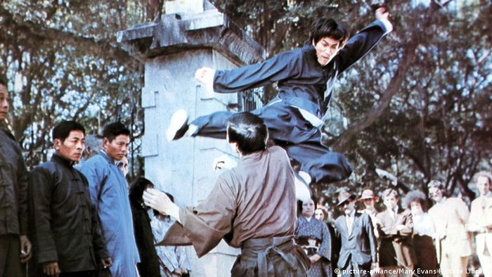 بروس لی در صحنهای از فیلم خشم اژدها که داستانی نیمه سیاسی داشت و به موضوع اشغال چین توسط ژاپنیها بازمیگشت. این فیلم که احساسات میهندوستانهی چینیها را نوازش میکرد، در زمان خود رکورد فروش فیلمهای هنگکنگی را شکست.
