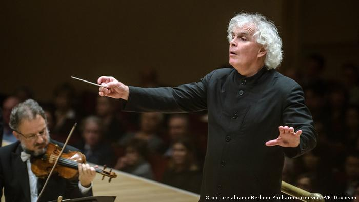 Simon Rattle dirigiert die Berliner Philharmoniker in New York. Foto: picture-allianceBerliner Philharmoniker