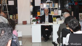 جلسه کتابخوانی قطران در عسل در کتابفروشی فروغ، شهر کلن آلمان