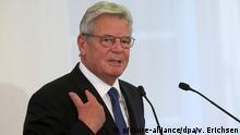 GESPIEGELT Bundespräsident Joachim Gauck spricht am 27.09.2015 in der Staatskanzlei in Mainz (Rheinland-Pfalz) vor einer Europa-Fahne. Mit einem ökumenischen Gottesdienst im Mainzer Dom und einem Festakt in der Staatskanzlei Rheinland-Pfalz ist die 40. Interkulturelle Woche eröffnet worden. Foto: Fredrik von Erichsen/dpa +++(c) dpa - Bildfunk+++