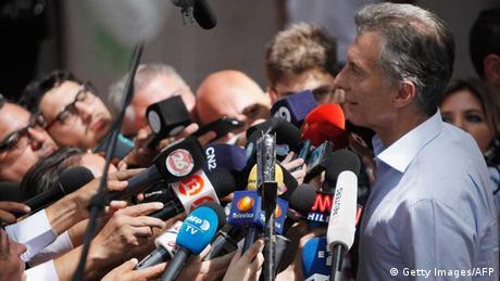 Argentinien: Präsidentschaftskandidat Macri von der Presse belagert
