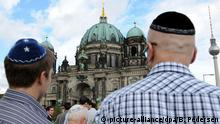 Jewish people take part in a rally against anti-Semitism in front of the Berlin Cathedral (picture-alliance/dpa/B. Pedersen)